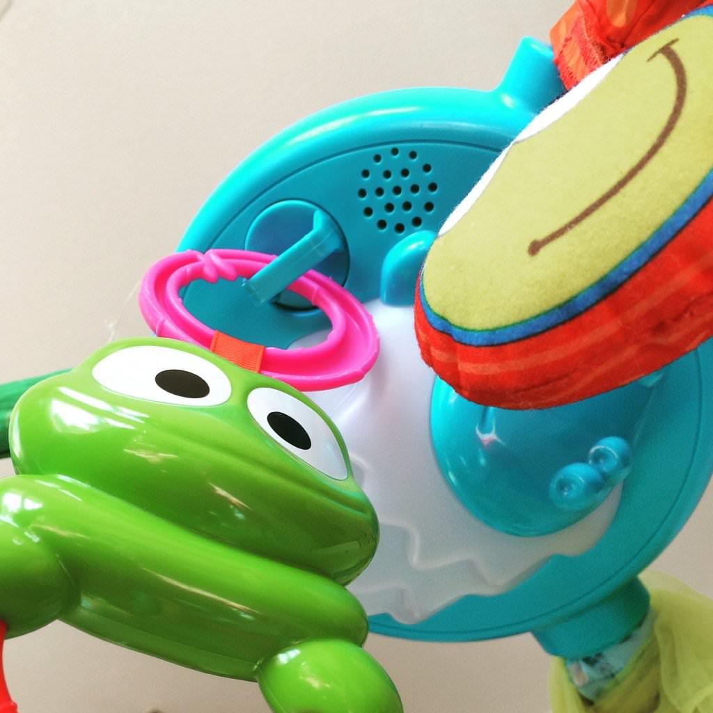 Dudelndes Plastikspielzeug